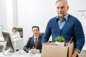 Увольнение работающего пенсионера по собственному желанию и по инициативе работодателя