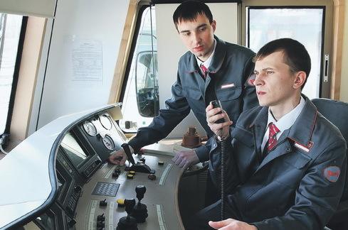 Сколько зарабатывает машинист поезда, помощник машиниста в России
